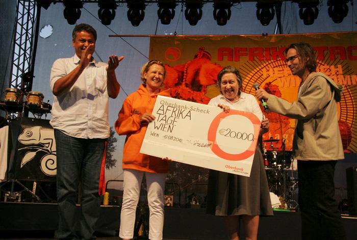 2012 Afrika Tage Wien spenden 20.000,- für Hilfsorganisationen